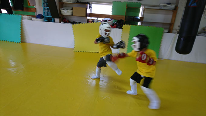 基本からキックボクシングの指導をしています。