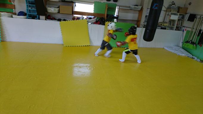 フルコン空手からキックボクシングに転向した小学生もようやく慣れてきました。