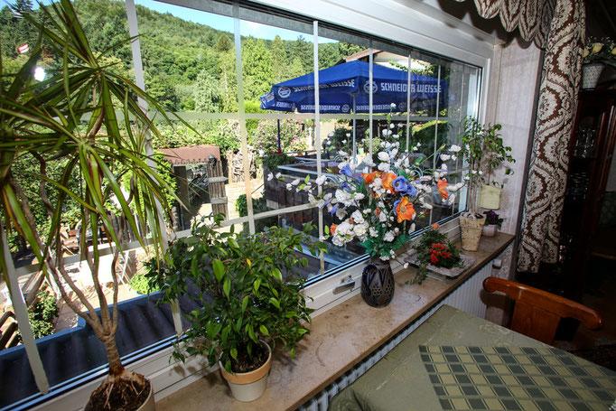 """Hotel-Pension Weinberg """"Aufenthaltsraum"""" mit Blick in den Garten"""