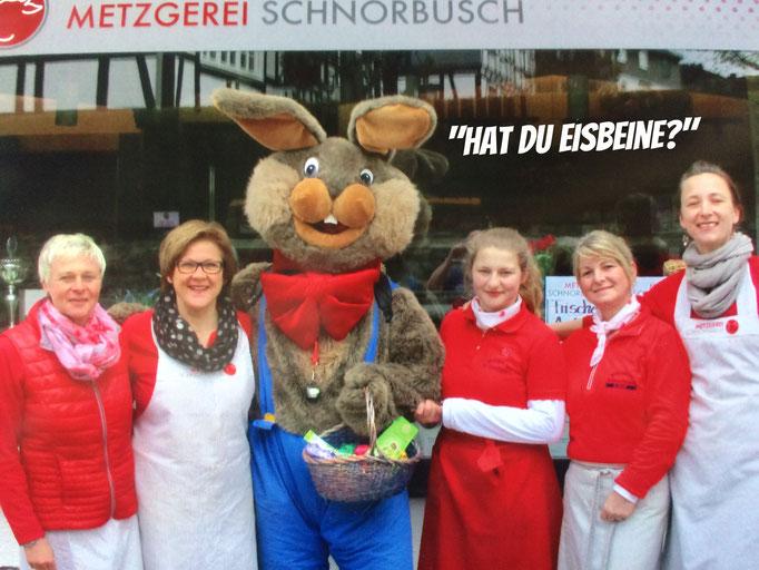 Osterhasi in Hallenberg bei der Metzgerei Schnorbusch