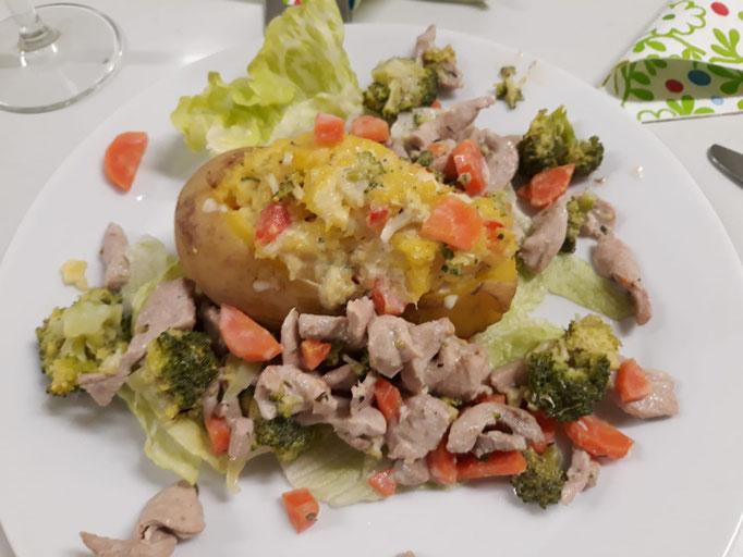 Wildkaninchen-Geschnetzeltes mit Broccoli und gefüllter Ofenkartoffel
