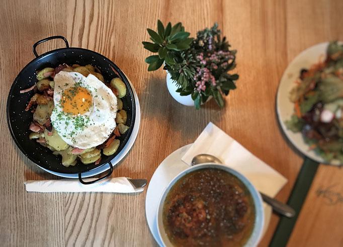 Abendessen im Wildseeloderhaus = Kaspressknödelsuppe und Tiroler Gröstel