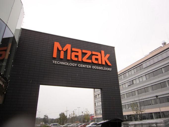 MAZAK, Düsseldorf | beleuchtete Einzelbuchstaben mit einer Höhe von 2,0 m im Profil 4 mit moderner LED-Ausleuchtung - darunter Einzelbuchstaben aus 5 mm starkem, geschliffenen Edelstahl