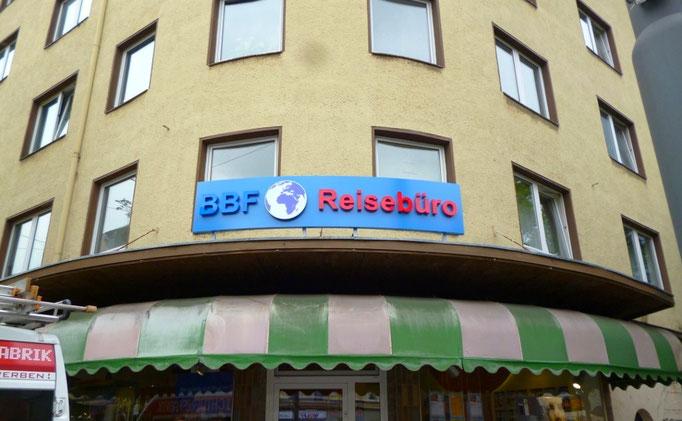 BBF Reisebüro, Düsseldorf | Vollacrylglas-LED-Frontleuchter auf gerundeter Aluminiumblende