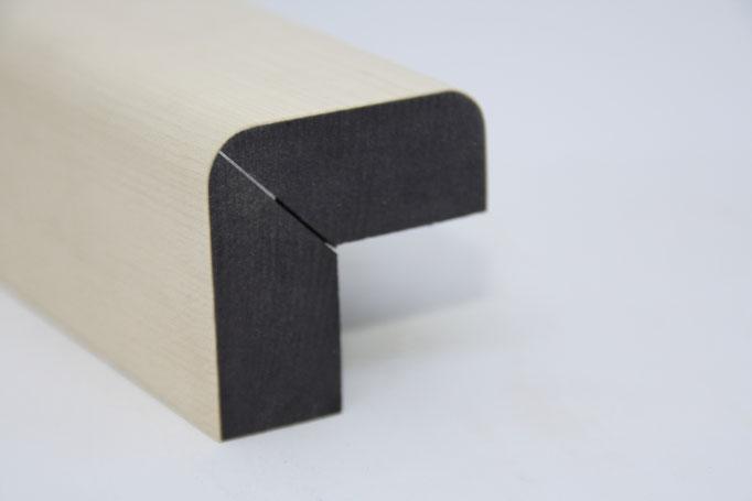 Winkelleiste - Einsatz: Bettüberbau - Schattenfuge, Träger: schwarze MDF, Oberfläche: Ahornfurnier geschliffen