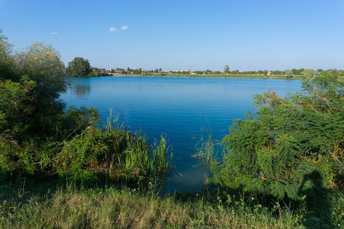 Ein glasklarer Badesee direkt in Vinkovci. In Kroatien ist Wildcampen so schrecklich einfach.