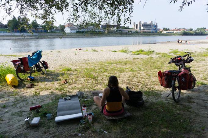 Beinahe mitten in Osijek an der Drau. Das Zelt stellen wir zwar erst im Dunkeln auf, aber es stört sowieso keinen, dass wir hier eine Nacht bleiben. Für die Zweite nacht haben wir uns einfach den Strand 100 Meter flussaufwärts ausgesucht ;)
