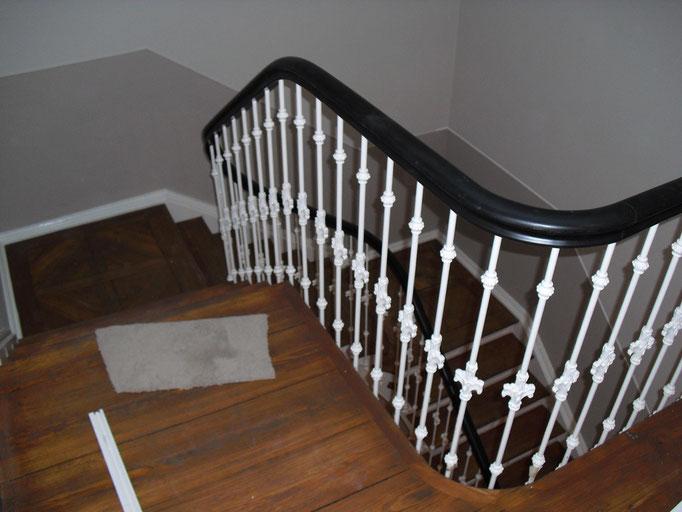 Aufarbeitung einer Treppe mit Geländer