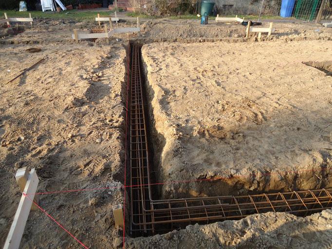Stahlbewehrung in den Fundamentgräben