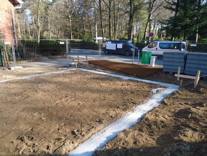 einfüllen des Betons in die Fundamentgräben