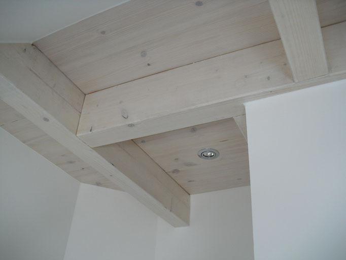 sichtbare Holzbalkendecke, weiß lasiert