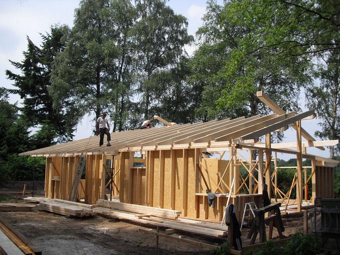 Aufstellen eines Rohbaus in Holzständerbauweise mit Dachstuhl