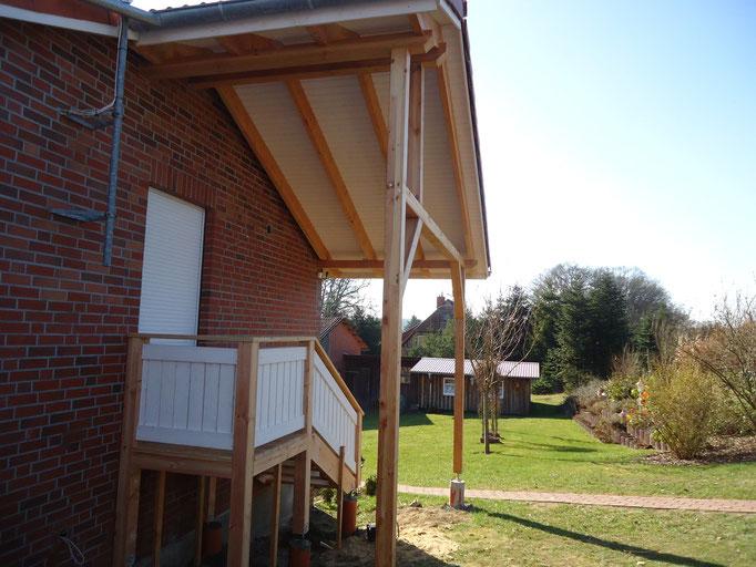 Dachüberstand mit Holztreppe