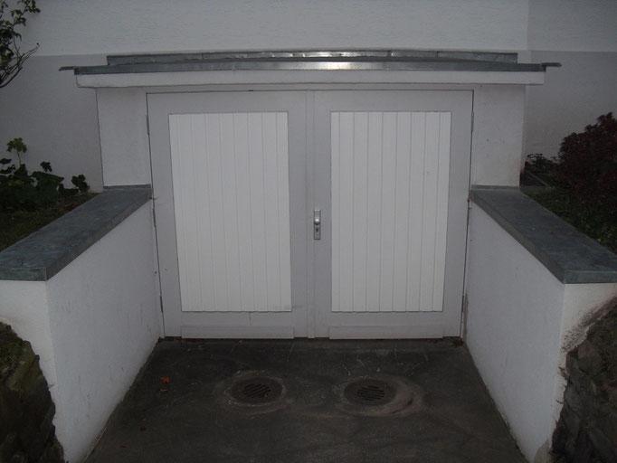 Garagentore eingefügt in Altbaubestand