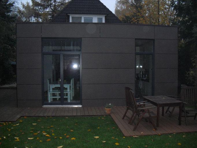 Anbau mit Eternitfassade und Lärchenholz Terrassendeck