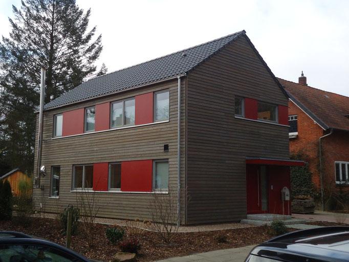 Neubau in Holzrahmenbauweise mit Lärchenholz / Eternit Kombifassade