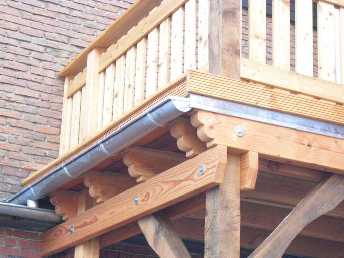 Zink Rinne und Ortgangs Windfeder bei einem Balkon