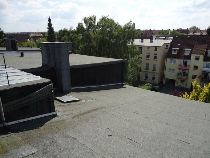 Wartungsarbeiten der Flachdachflächen eines Mehrparteienhauses
