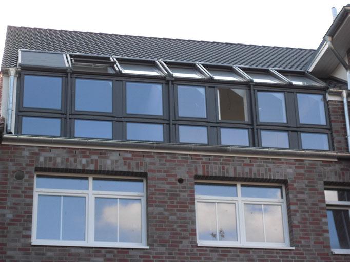 Wintergarten im Dach aus 21 Stück Velux Fenstern mit solarbetriebenen Rollos