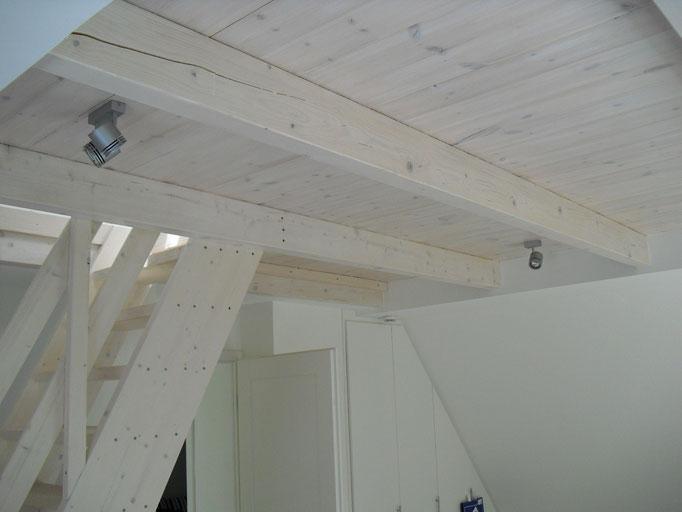 sichtbare Holzbalkendecke mit Raumspartreppe zum ausgebauten Spitzboden
