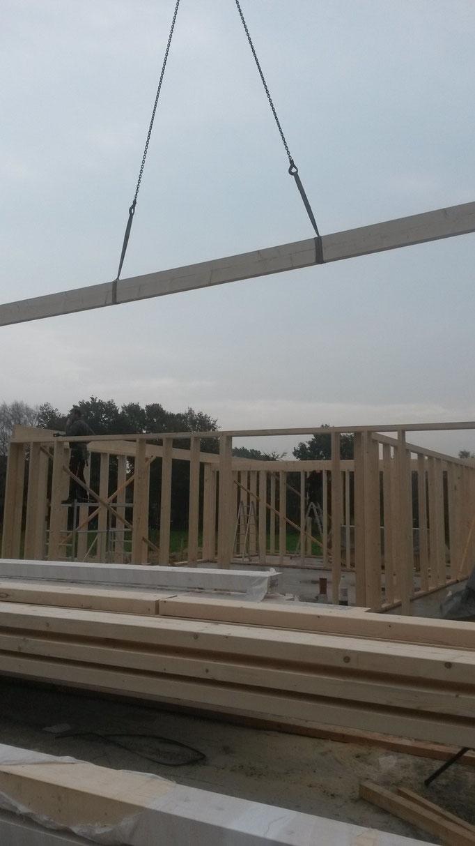 Aufstellen eines 2 stöckigen Holzrahmenbauhauses