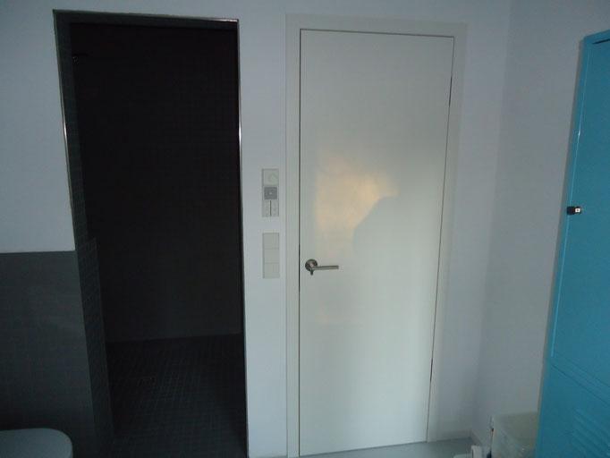 weiß lackierte Zimmertür mit innenliegenden Bändern