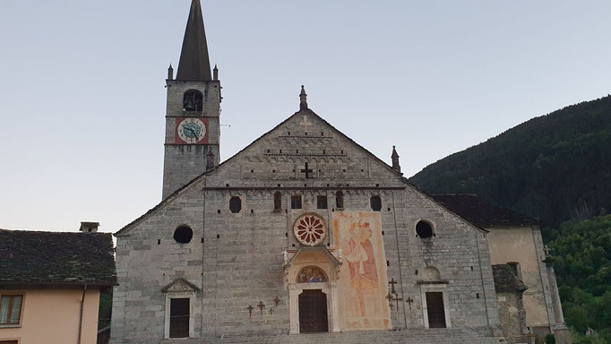 Monumentale Kirche in Baceno. Innen eine Bildergalerie