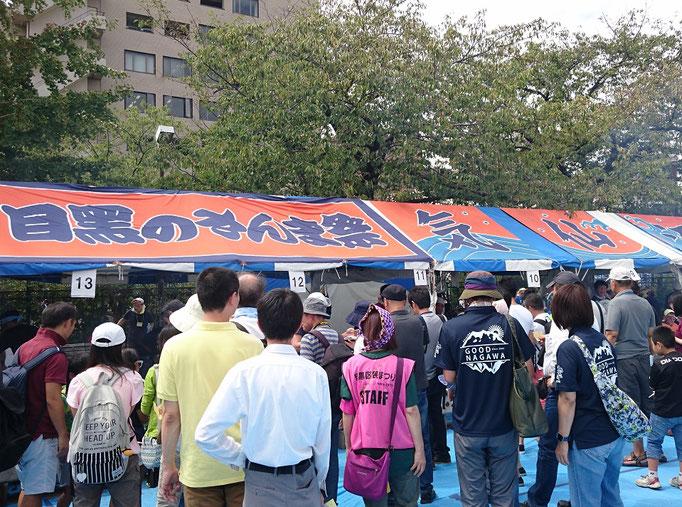2019/09目黒のさんま祭・気仙沼港のテントと待ち客(田道広場公園)by T&T