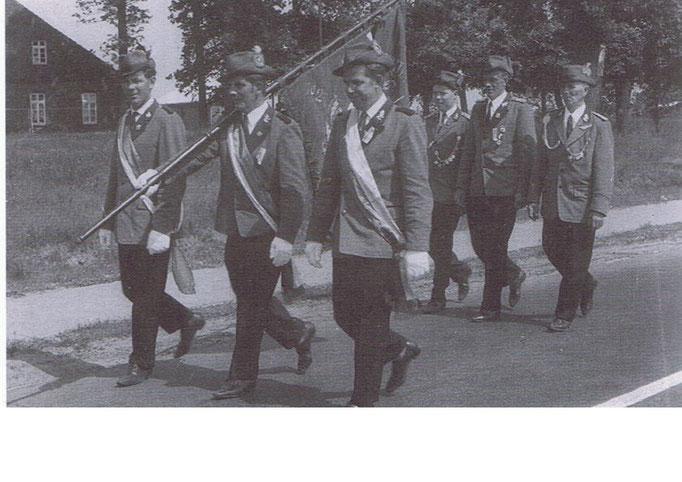 An der Fahne: v.l: Hans Meyer, Hermann Bickschlag, Heinz Feldhaus, dahinter: Hermann v. Garrel,Hinrich Hinrichs, Bernd Dellwisch