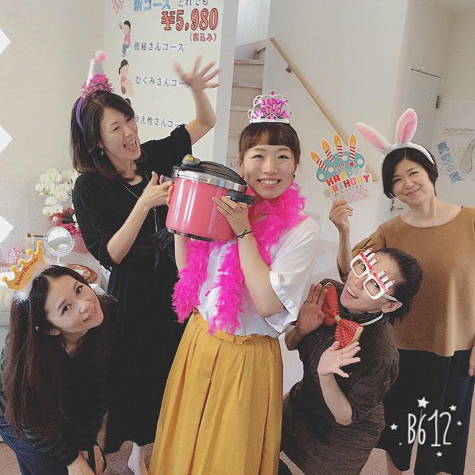 スタッフみさちゃんの31歳のお誕生日祝い☆圧力鍋のプレゼントに大喜び!(笑)