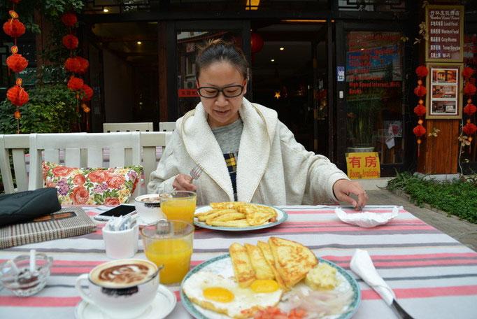 朝ごはんもホテルの下で。やっぱり外で食べる!?