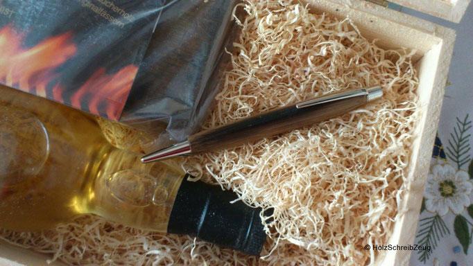 Schreiber aus dem Holz eines Whiskyfasses mit passendem abgefüllten Whisky - ein Unikat!