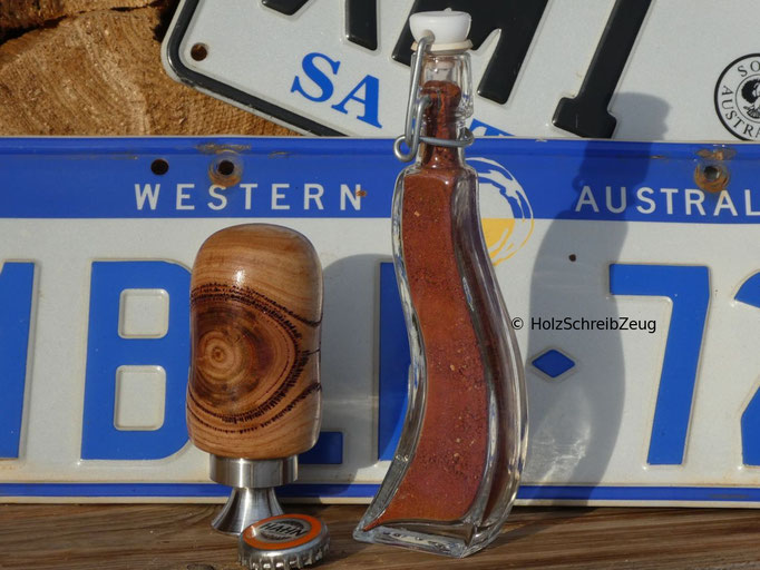 """Bieröffner aus australischem Eukalyptus mit einer Flasche """"Outback-Sand"""""""