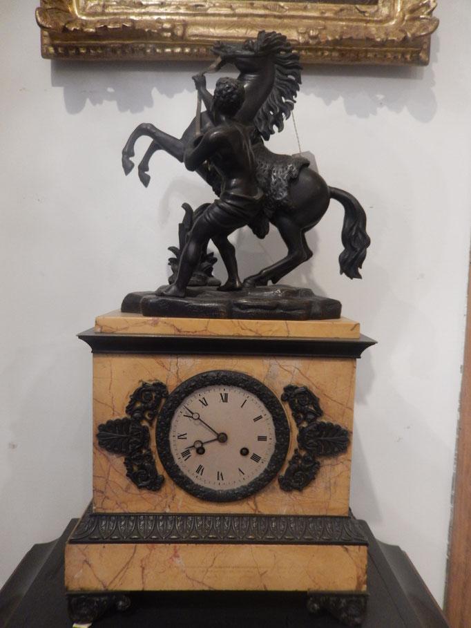 pendule borgne  sujet en bronze marbre de sienne