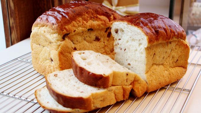 レーズンパン (スバファーオリジナルレシピで漬け込んだレーズンを混ぜ込んで・・・ 国産小麦粉「はるゆたか100%」を使用)