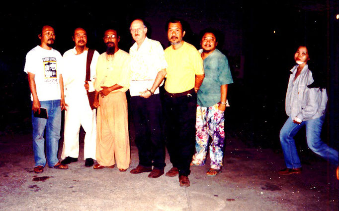 Pedro Meier Multimedia Artist – with Thai Artist friends – outer left Thai contemporary visual artist Vasan Sitthiket – Photo Around 1980 – Faculty of Arts, Silpakorn University Bangkok – Photo archive © Pedro Meier/ProLitteris