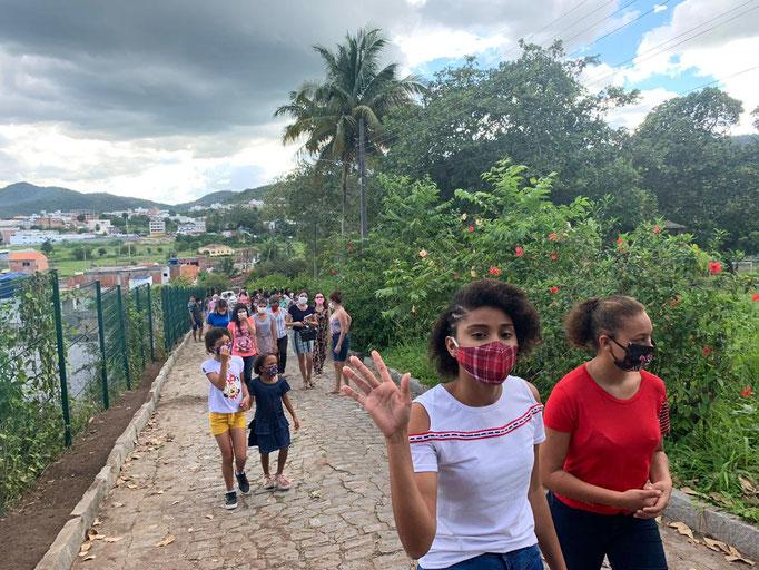 Spaziergang mit den neuen Bewohnern im Kinderdorf