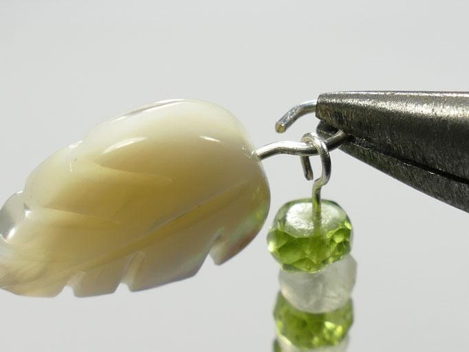 Passer le module de perle dans la boucle de la nacre