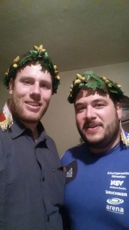 Benno und Thomas mit ihren Kränzen...