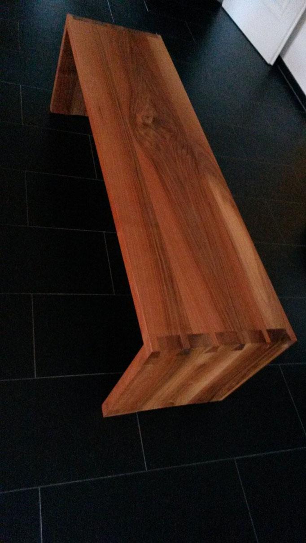 Sitzbank aus Nussbaum mit verzinkten Ecken
