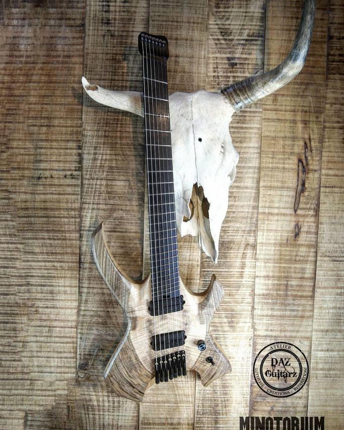 Guitare Minotorium de face