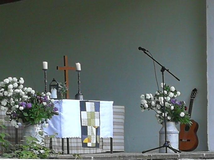 Die Bühne und der Altar sind wunderbar geschmückt ...