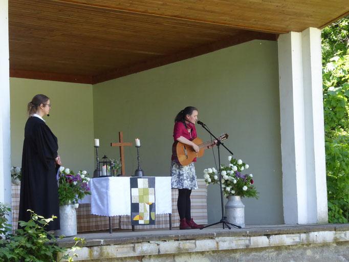 Gabi Träger, Gemeindepädagogin, stellt sich mit einem Lied der Gemeinde vor ...