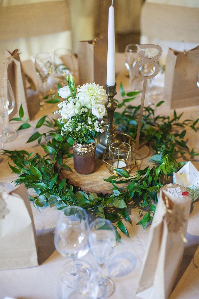 Centre de table rondin et feuillage mariage champêtre