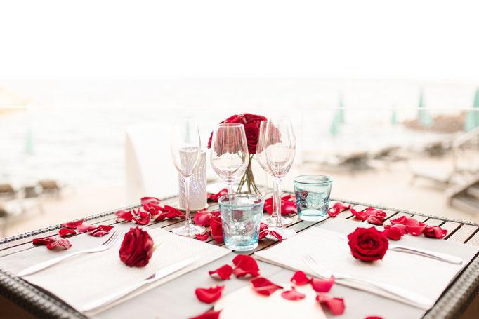 Dîner romantique face à la mer méditerranée