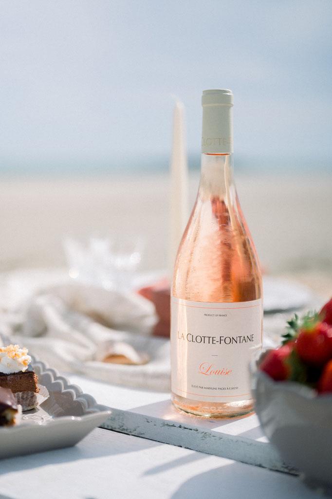 Table romantique sur le sable à la plage