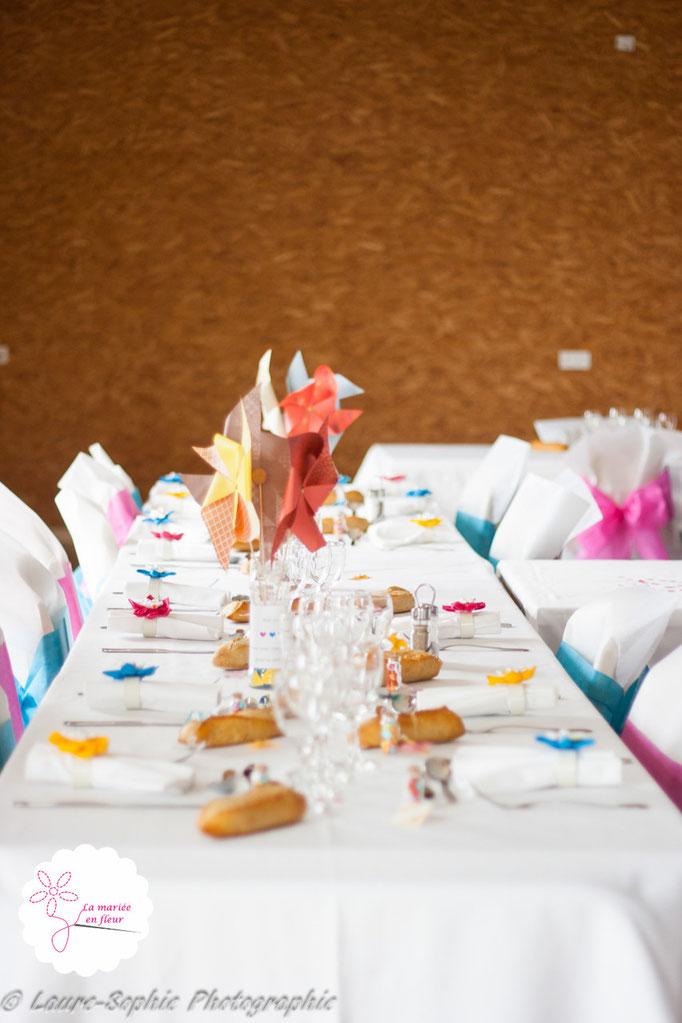 Déco de table mariage DIY moulins à vent en bleu, jaune et rose