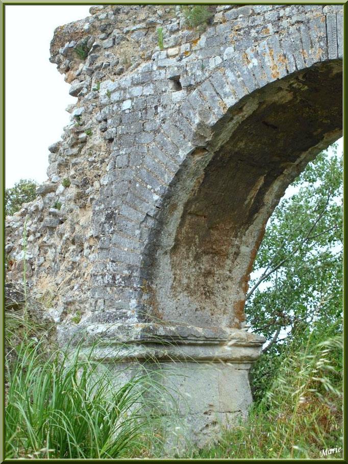 Aqueduc à Fontvielle dans les Alpilles (Bouches du Rhône), détail pilier d'une arche