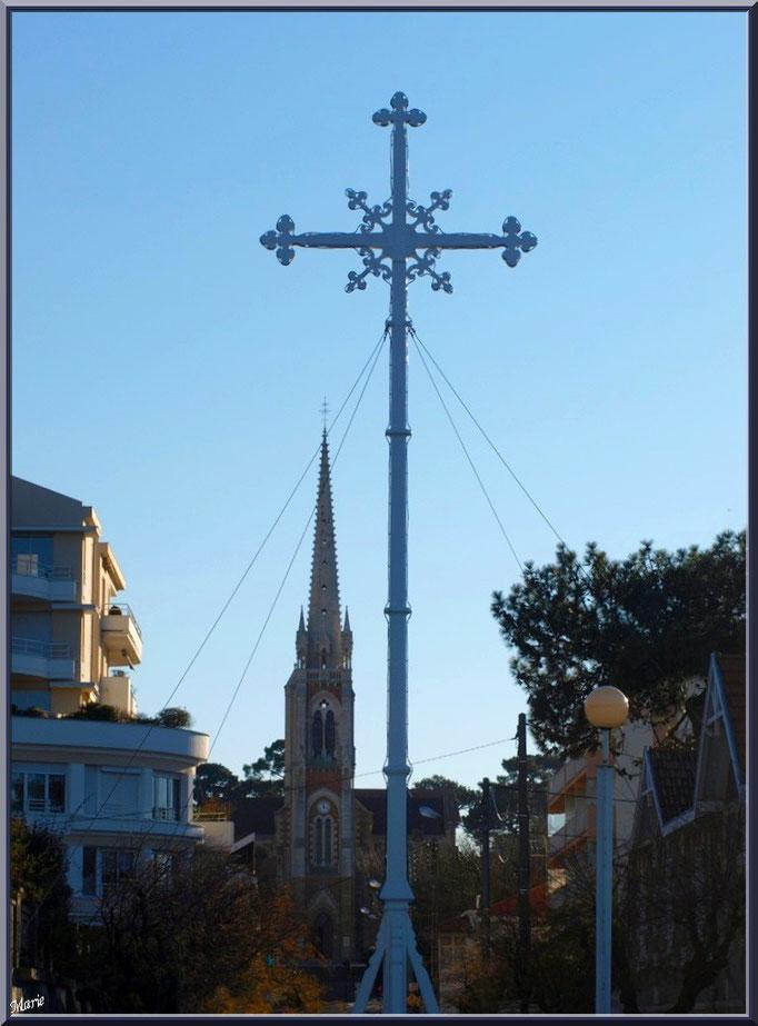 """La Croix des Marins à Arcachon avec en fond la basilique Notre Dame ,""""Ville de Printemps"""""""