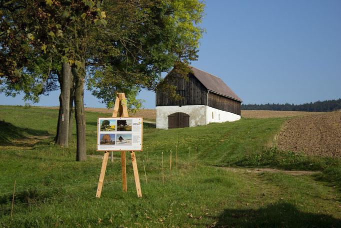 Foto: Letzte Brechstube in Friedebach mit Staffelei am Saydaer Malerweg